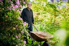 Hat Pflanzen aus aller Welt in seinem Garten: Toni Durrer. (Bild: Beat Brechbühl)