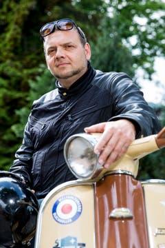 Patrik Kleger ist ein grosser Fan von alten Motorrollern der Marken Vespa und Lambretta. (Bild: Mareycke Frehner)