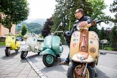 Patrik Kleger besitzt drei Vespas und eine Lambretta. Sie sind zwischen 39 und 58 Jahre alt. (Bild: Mareycke Frehner)