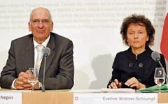 Couchepin und Widmer-Schlumpf verkünden den Rettungsplan. (Bild: KEY (16.10.2008))