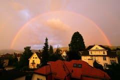 Regenbogenzeit: Pünktlich zum Junianfang zeigt sich der erste Regenbogen über der Stadt. (Bild: Günter Langer)