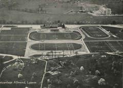 Luftaufnahme der Sportanlage Allmend. Rechts in der Mitte unten ist die LSC-Tribüne zu sehen, davor das Hockeyfeld. Die Tribüne des FCL (Mitte, oben) ist in den Vierzigerjahren noch nicht grösser als jene des LSC.