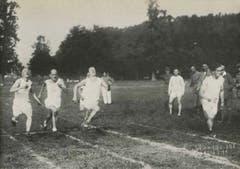 Frühe 1920er Jahre: Die späteren LSC-Präsidenten Jules Gut (ganz rechts) und Walter Strebi (Mitte) laufen mit zwei weiteren Athleten auf der Allmend auf der ersten Leichtathletik-Anlage beim Eichwäldli um die Wette. (Bilder aus der Jubiläumsschrift des LSC)