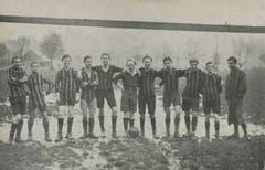 Eine der ersten LSC-Fussballmannschaften. Die jungen Spieler mussten vor jeder Partie die Holztorstangen aus einem Schuppen auf der Allmend hervorklauben und auf den Platz schleppen. Die Grösse der Tore variierte ab und zu um ein paar Zentimeter.