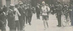 Der LSC organisierte auch früh schon Strassenläufe. Auf dem Bild Hans Zeier (1899-1989) als Sieger eines Strassenlaufs, der von Luzern nach Zug und wieder zurück nach Luzern führte.