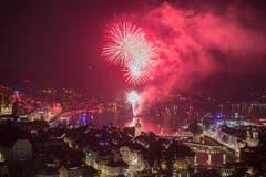 Das Feuerwerk im Seebecken - von einem Sponsor organisiert im Zusammenhang mit der Prämierung des Hotel Montana zum Hotel des Jahres - passt bestens zum Fest, das zur gleichen Zeit in der Stadt gefeiert wurde. (Bild: Urs Flüeler, Keystone, Luzern, 30.06.2018)