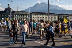 Die Festbesucher geniessen die Seebrücke als Fussgängerzone. (Bild: Philipp Schmidli, Luzern, 30.06.2018)