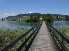 Auf dem Steg zur Insel Werd mit Blick auf Stein am Rhein und Schloss Hohenklingen. (Bild: Hubert Koch)