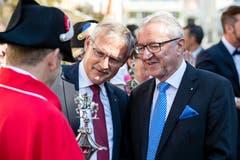 Der Schwyzer Regierungsrat Andreas Barraud (SVP, Mitte) und der Luzerner Regierungsrat Robert Küng (FDP, rechts) an der Schlachtfeier Sempach. (Bild: Philipp Schmidli, 1. Juli 2018)