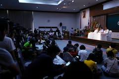 Pressevertreter werden über die Gesundheit der geretteten Buben und des Trainers Informiert. Sie müssen mindestens sieben Tage im Spital bleiben. (Bild: Vincent Thian/AP (Chiang Rai, 10 Juli 2018))Thian)