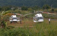 zwei Rettungshelikopter stehen beim Eingang zur Höhle bereit. (Bild: Sakchai Lalit/AP (Mae Sai, 9. Juli 2018))