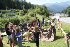 Die Kinder der Jubla Werthenstein lernen verschiedene Pioniertechniken im bündnerischen Spinabad. (Bild: Stefan Sidler)