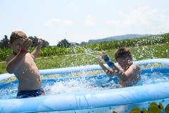 Silvan Peter und Colin Widmer gönnen sich eine Abkühlung im Bassin. (Bild: Jakob Ineichen, 8. Juli 2018)