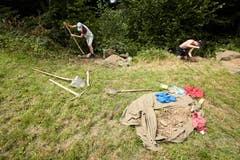 Elias Müller (links) und Michi Bucher graben Löcher für die WC-Anlage. (Bild: Jakob Ineichen, 7. Juli 2018)