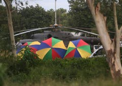 Ein Helikopter steht für den Abtransport der Geretteten bereit. (Bild: Sakchai Lalit/AP (Mae Sai, 10. Juli 2018))