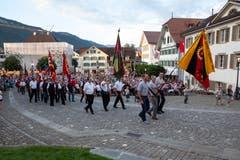 Die Fahnendelegationen ziehen auf dem Dorfplatz ein. (Bild: Edi Ettlin, Stans, 9. Juli 2018)