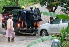 Rettungskräfte werden zum Eingang der Höhle gefahren. (Bild: Sakchai Lalit/AP (Mae Sai, 10. Juli 2018))