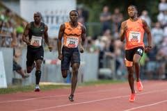 Alonso Edward (Panama, rechts) gewinnt über 200m in 19,90 Sekunden. (Bild: Urs Flüeler / Keystone (Luzern, 9. Juli 2018))