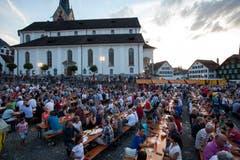 Der Dorfplatz zeigt sich gut gefüllt. (Bild: Edi Ettlin, Stans, 9. Juli 2018)