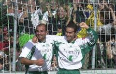 Das Meistershirt des Jahres 2000 - im Bild Giorgio Contini (links) und Jairo. (Bild: Rainer Bolliger).