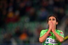 In leuchtstiftgrünen Tenüs stiegen die St.Galler - im Bild Sandro Calabro - im Frühling 2011 in die Challenge League ab. (Bild: Keystone)