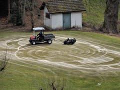 """Unschwer zu erkennen, so ein """"kreativer Arbeitsgang"""" auf dem Golfplatz Dietschiberg macht ihm bestimmt sehr viel Spass, oder hat er etwa schon längst die Ausfahrt verpasst ? (Bild: Margrith Imhof-Röthlin)"""