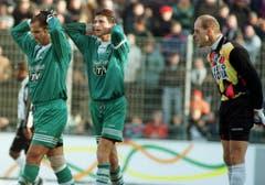 LTV war in den Folgejahren weiterhin dabei - neuer Trikot-Hauptsponsor war nun aber das «St.Galler Tagblatt»: Die Espen Mohammed Mouidi und Heribert Koch im November 1996. (Bild: Keystone)