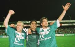 Feiern im «Tagblatt»-Trikot mit freundlicher Unterstützung der Kantonalbank: (v.l.) Wilco Hellinga, Hakan Yakin und Jonathan Vidallé 1998. (Bild: Rainer Bolliger)