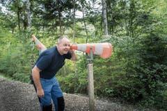 «Der Waldspielparcours soll alle Sinne ansprechen», sagt Werkmeister Peter Frommelt und lauscht durch den Leitkegel den Geräuschen der Natur. (Bild: Ralph Ribi)