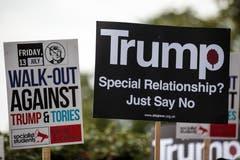 Unter anderem steht darauf: «Geht gegen Trump vor» oder «Trump - spezielle Beziehung? Sagt einfach Nein.» (Bild: Jack Taylor/Getty Images)