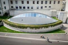Ein weiteres Werk von Santiago Calatrava in der Stadt St.Gallen: die kantonale Notrufzentrale an der Moosbruggstrasse von 1998. (Bild: Urs Bucher - 13. April 2015)