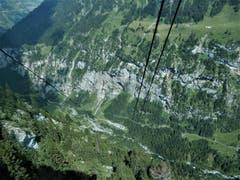 """Selbstverständlich gönnten wir uns gestern nach dem traumhaften Aufstieg auf die Alp-Sittlisalp und dem kurzen Besuch bei Mariette & Toni auf der Alp Obsaum im Naturparadies Schächental, anschliessend diese, schon etwas """"furchterregende Tal-Seilbahnfahrt"""". (Bild: Margrith Imhof-Röthlin)"""