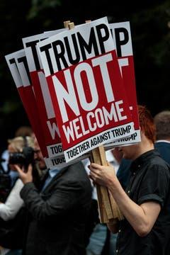 «Trump nicht Willkommen»: Deutliche Worte der Demonstranten. (Bild: Jack Taylor/Getty Images)