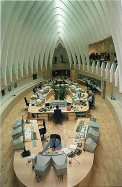 Im Inneren der kantonalen Alarmzentrale. (Bild: Ralph Ribi -