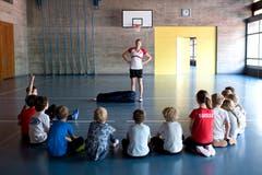 Ferienpass Zug : Kinder von der 2. bis 4. Primarklasse lernen unter den Fachkundigen Augen der Fechterin Manon Emmenegger das Fechten. (Bild: Maria Schmid (Zug, 11. Juli 2018))