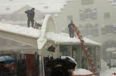 Grosse Schneemengen müssen jeweils vom Dach der Calatrava-Halle entfernt werden. (Bild: Ralph Ribi)
