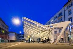 Die Calatrava-Wartehalle beim Einnachten. (Bild: Hanspeter Schiess - 13. April 2015)