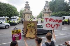 Vor den Toren des Blenheim Palace halten einige Demonstranten Schilder in die Höhe. (Bild: Matt Cardy/Getty Images)