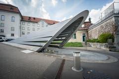 Der ebenfalls von Santiago Calatrava geplante Pfalzkeller entstand 1999. Im Bild der bewegliche Eingang. (Bild: Urs Bucher - 13. April 2015)