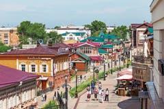 Touristen flanieren und Einheimische gehen hier aus: Das 130. Quartier, das Irktusk sloboda – mit historisch nachempfundenen Holzhäusern. (Bild: Bilder: Getty)