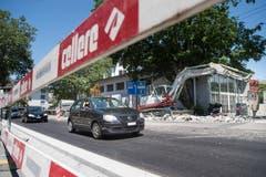 Instandstellung der Torstrasse: Innerstädtische Verkehrsachsen können auch in den Sommerferien für Bauarbeiten nicht einfach stillgelegt werden. Das heisst, dass «unter Verkehr» gearbeitet werden muss. (Bild: Ralph Ribi)