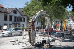 Instandstellung der Torstrasse: Mit dem grossen Bohrer wird eine betonierte Fläche aufgebrochen...