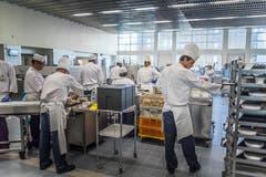 Hochbetrieb in der Spitalküche: Das Abendessen wird bereit gestellt. (Bild: Michel Canonica)