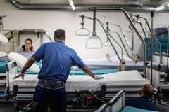 """Der """"Bettenbahnhof"""": Hier werden die Spitalbetten gereinigt und neu bezogen. (Bild: Michel Canonica)"""