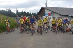 Pfarreilager Neuenkirch in Schüpfheim: Die Teilnehmer nehmen eine rasante Trottinett-Abfahrt nach Sörenberg in Angriff. (Bild: Jolanda Schaller)