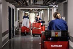 Während der Sommerferien helfen oft junge Leute beim Transportdienst aus. (Bild: Michel Canonica)