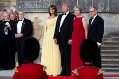 (v.l.) First Lady Melania Trump, Präsident Donald Trump, Premierministerin Theresa May und ihr Mann Philip May schauen die Ankunftszeremonie beim Benheim Palace. (Bild: Will Oliver)
