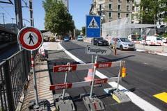 Fussgänger und Velofahrer werden durch die Baustelle auf der Rosenbergstrasse gelotst. (Bild: Ralph Ribi)