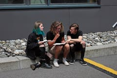 Nora, Micha und Philipp (von links) schreiben den Text für ihren Song. (Bilder: Saskia Bühler)
