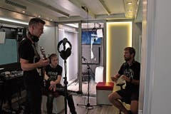 Bassist Serafin und Gitarrist Jann mit Steven von der Crew (von links) im Aufnahmestudio.